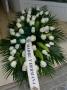centro de rosas blancas para encima del ataud